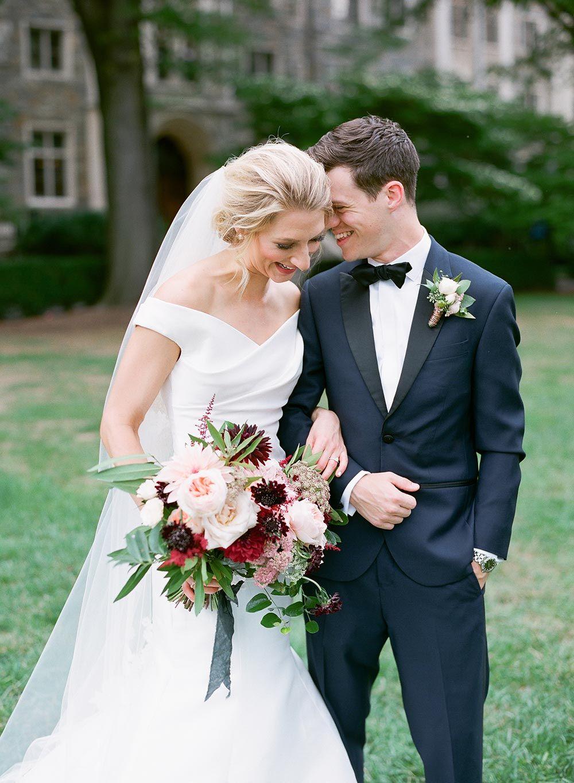 aus der Schulter Brautkleid und schwarzen Tux DC Hochzeit ...