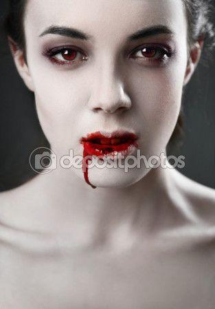 Retrato de un mujer vampiro sobre fondo negro