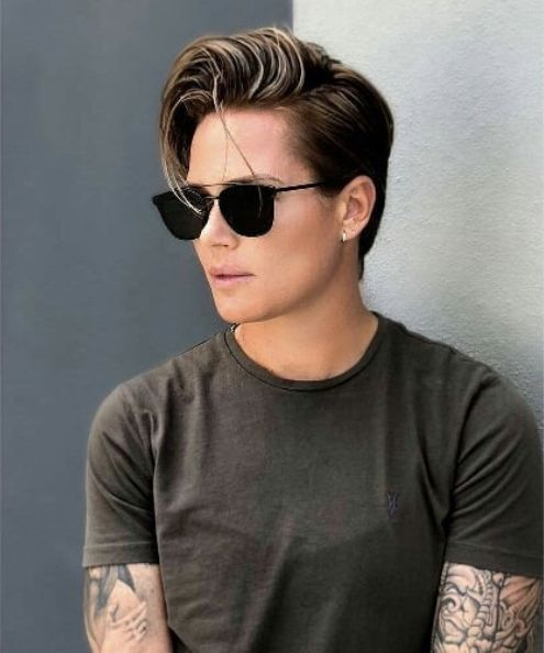 Pin By Emircan Asya On Style Tomboy Hairstyles Androgynous Women Lesbian Hair