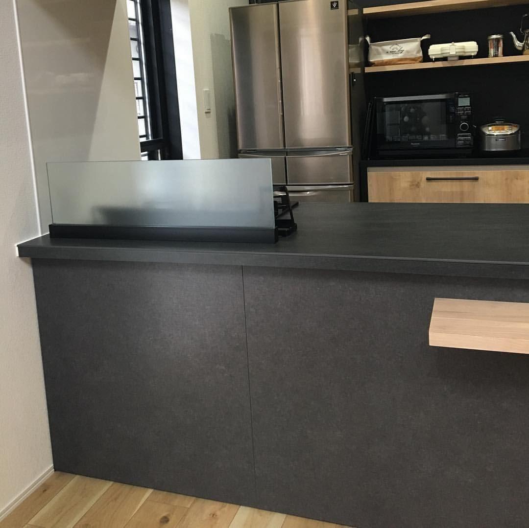Kumiさんはinstagramを利用しています お気に入りのキッチンスペース キッチン Lixil リシェルsi 扉カラー グレーズグレー ワークトップ バサルトブラック カップボード アレスタ ライトグレイン ダイニングテーブルは造 リシェルsi リビング