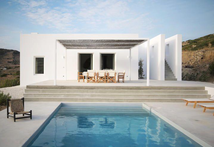 Una villa con piscina a paros studio react architects for Archi in casa moderna
