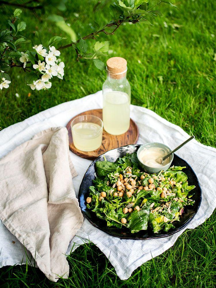Loistava salaatti grillatulle, voi tehdä pelkästä pinaatistakin, mutta sitä menee 2 pussia kahdelle, 3 pussia neljälle.