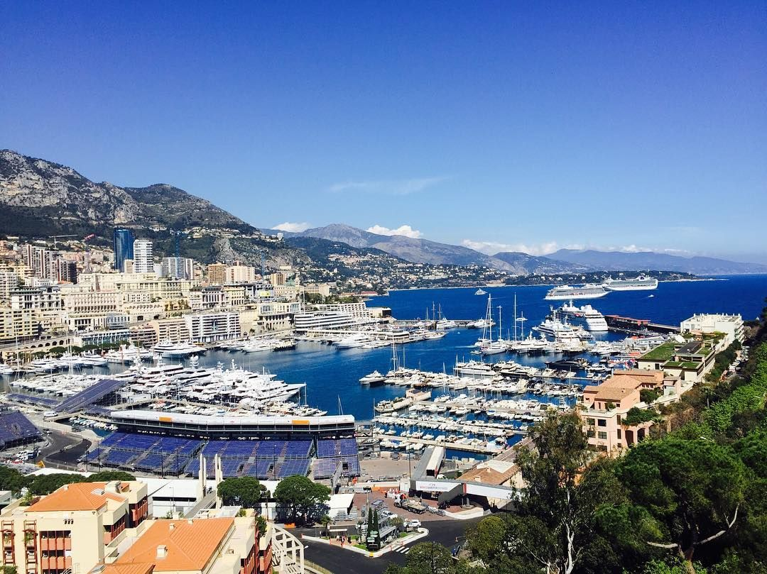 #PortHercule 모나코. 니스에서 당일치기 여행으로 많이 가는 모나코. 듣던대로 외제차 정말많고 초호화 요트들도 많다. 들어서자마자 '부자' 느낌이 확- by y00nj00 from #Montecarlo #Monaco