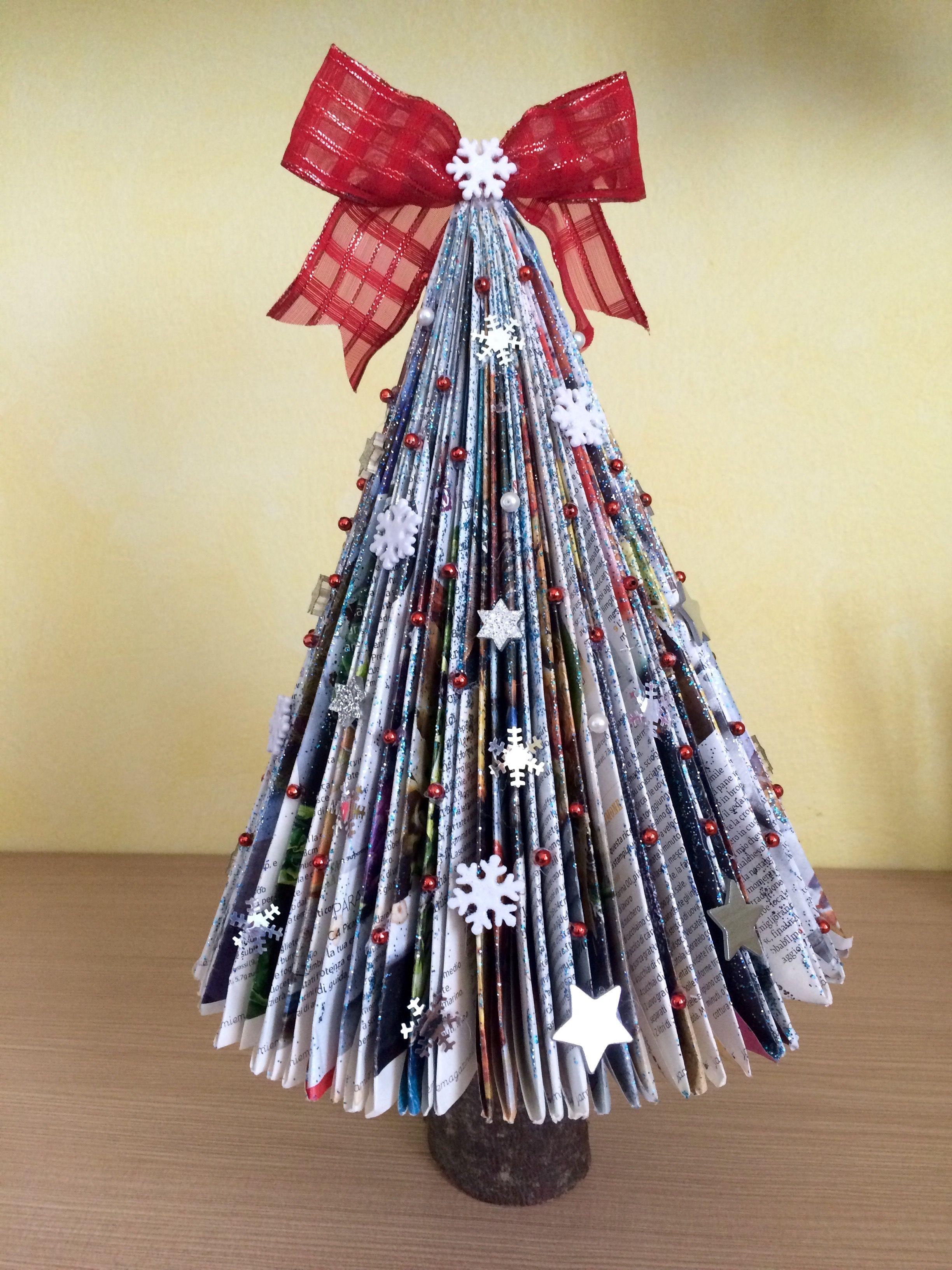 Decorazioni Natalizie Con Carta Di Giornale.Albero Di Natale Con Giornale Natale Idee Di Natale Lavoretti Invernali