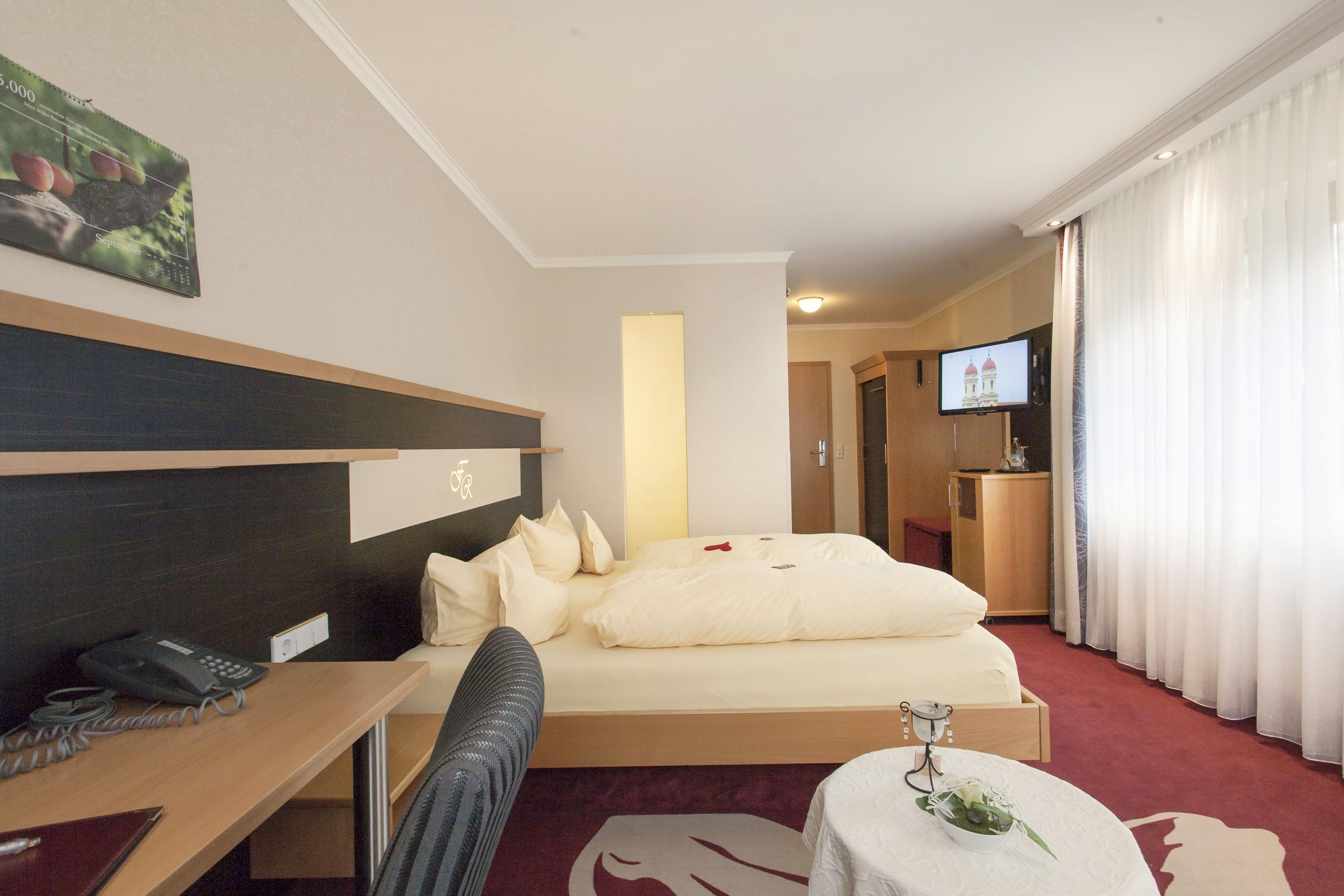 Die Ferienappartements Haben Ein Großes Wohnschlafzimmer Mit Bequemer  Couch, Ein Separates Schlafzimmer Sowie Eine Küchenzeile