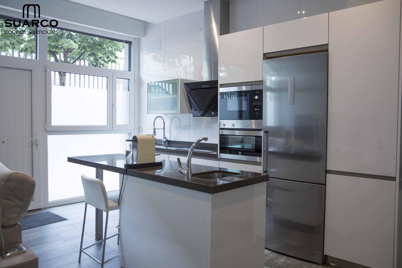 Cocina blanca moderna americana con isla de lineas modernas sin tiradores cocinas blancas - Cocina blanca sin tiradores ...