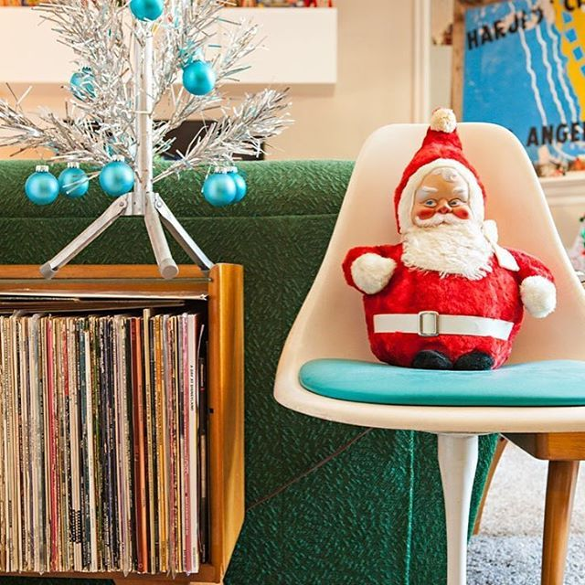 Who says you need a large home to go vintage-Christmas-decor-crazy ...