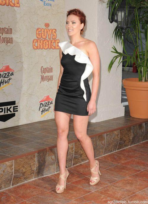 Scarlett Johansson heiße Beine in einer atemberaubenden kurzen Kleid und Riemchen-High Heels