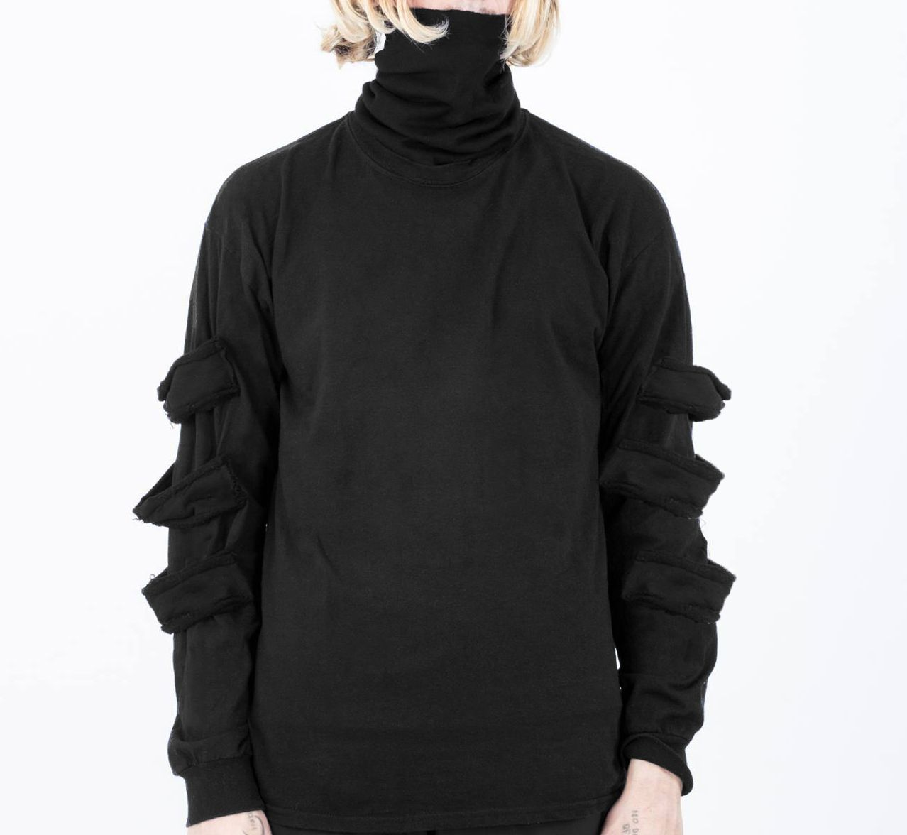 col roulé avec empiècement jersey en superposition sur les manches. le mannequin…