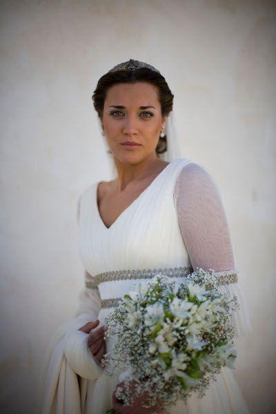 novia con vestido de gasa y aplicaciones en plata. carmen maza