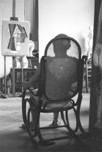 Pablo Picasso en su taller , mecedora Thonet