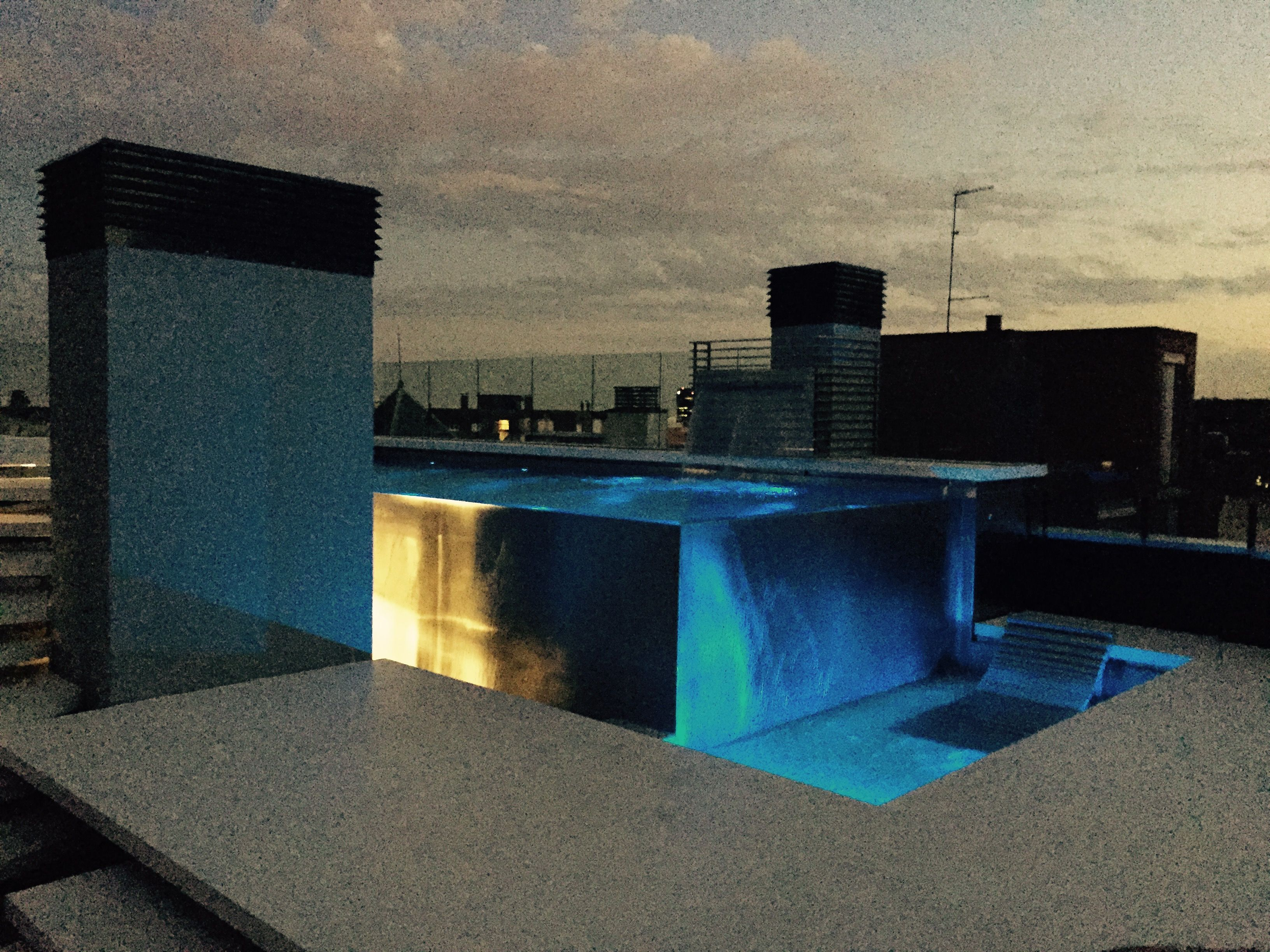 piscina desbordante de lujo instalada en terraza ático en