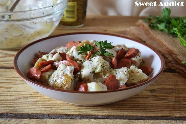 La Kartoffelsalat es una ensalada de patatas cocidas que se acompaña con salchichas frankfurt, pepinillos, cebolletas y una mayonesa con un toque de mostaza. Se
