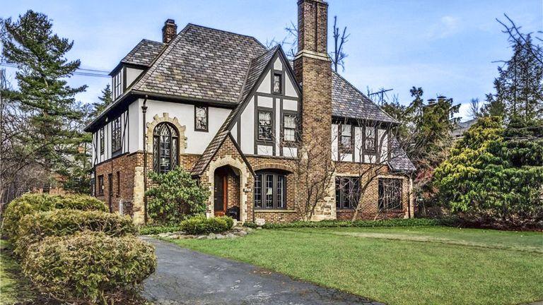 7 Charming Tudor Revival Homes For Sale Across The Country In 2020 Tudor Style Homes English Tudor Homes Tudor House