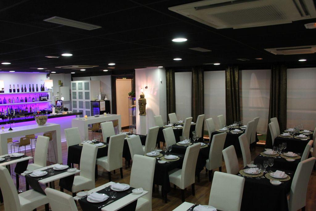 Saló interior per a 66 comensals en unes instalacions molt còmodes. Salón interior para 66 comensales en unas instalaciones muy cómodas.