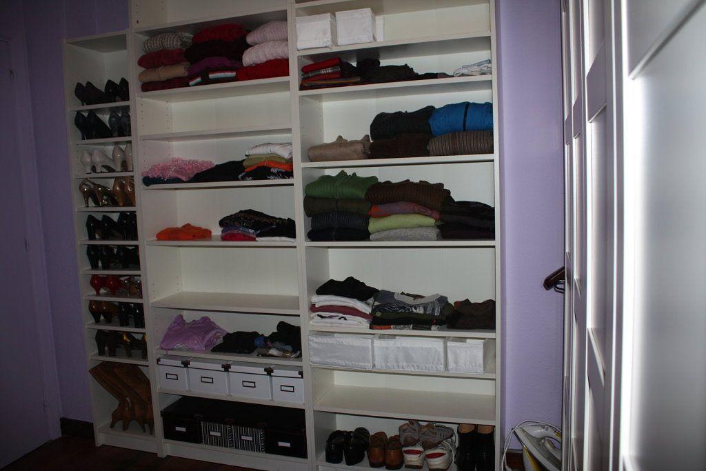 a la izquierda las billy de ikea, 2 de 80 y una de 40 para zapatos , y  otra de 4o que utilice para sacar mas bladas para los zapatos