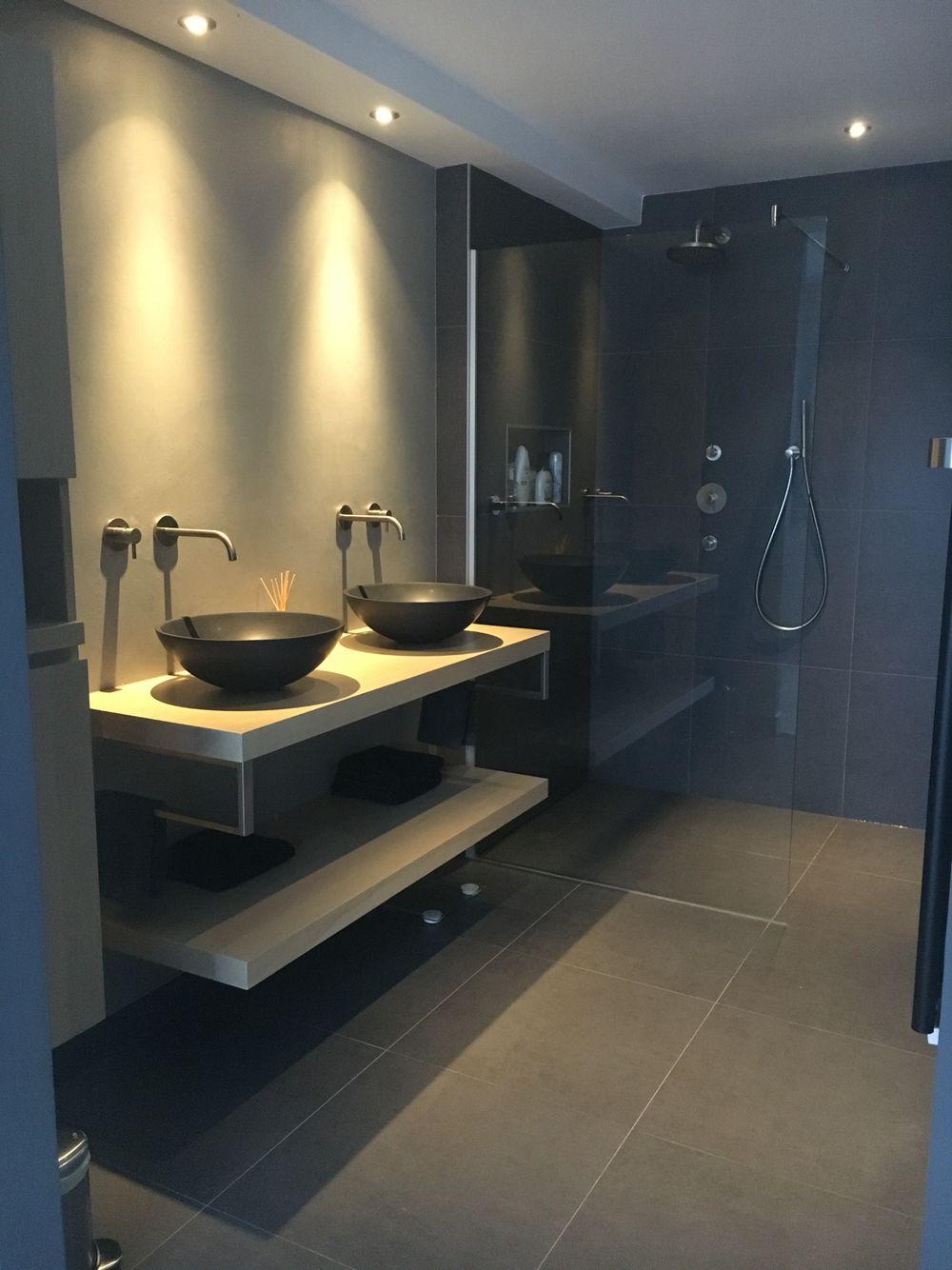 Badkamer bijna af zwarte waskommen op massieve eikenplank hotbath inbouw kranen geborsteld - Eigentijdse badkamer grijs ...