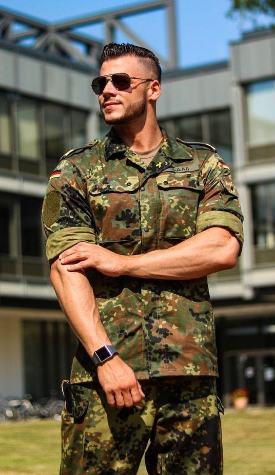 майли фото красивых молодых людей в военной форме камень, кварцевый или