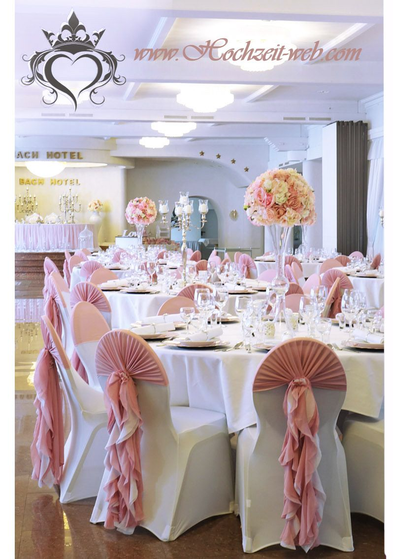 Zarte Tischdekoration In Altrosa Farbe Mit Silberne Kerzenstander Und Glas Trompetenvasen Tischdekoration Diy Fotowand Silberne Kerzenstander
