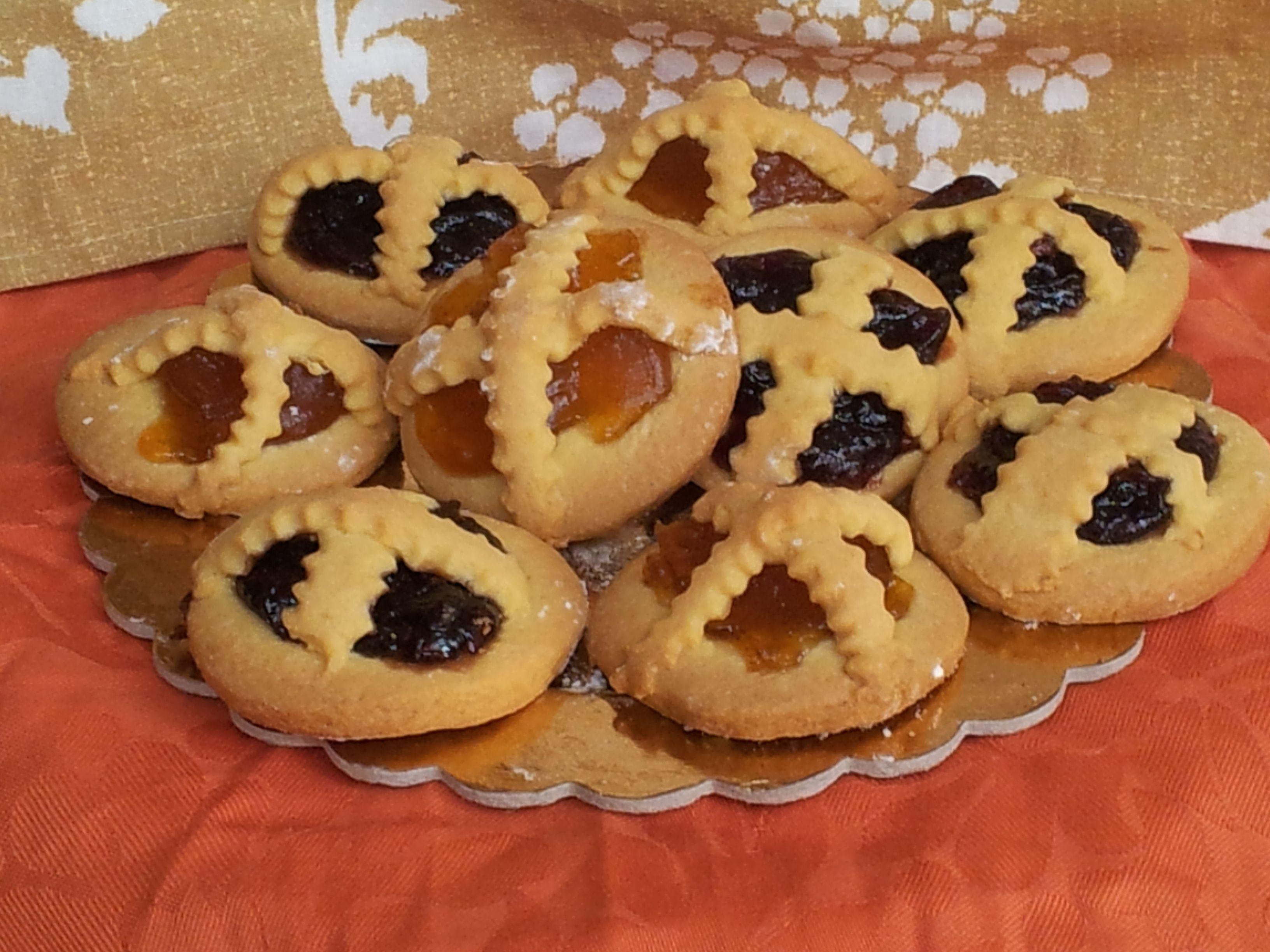 Crostatine di pasta frolla alla Marmellata       Ciao a tutti, oggi volevo proporvi delle deliziose crostatine di pasta frolla alla marmellata, ideali per la colazione  o la merenda.