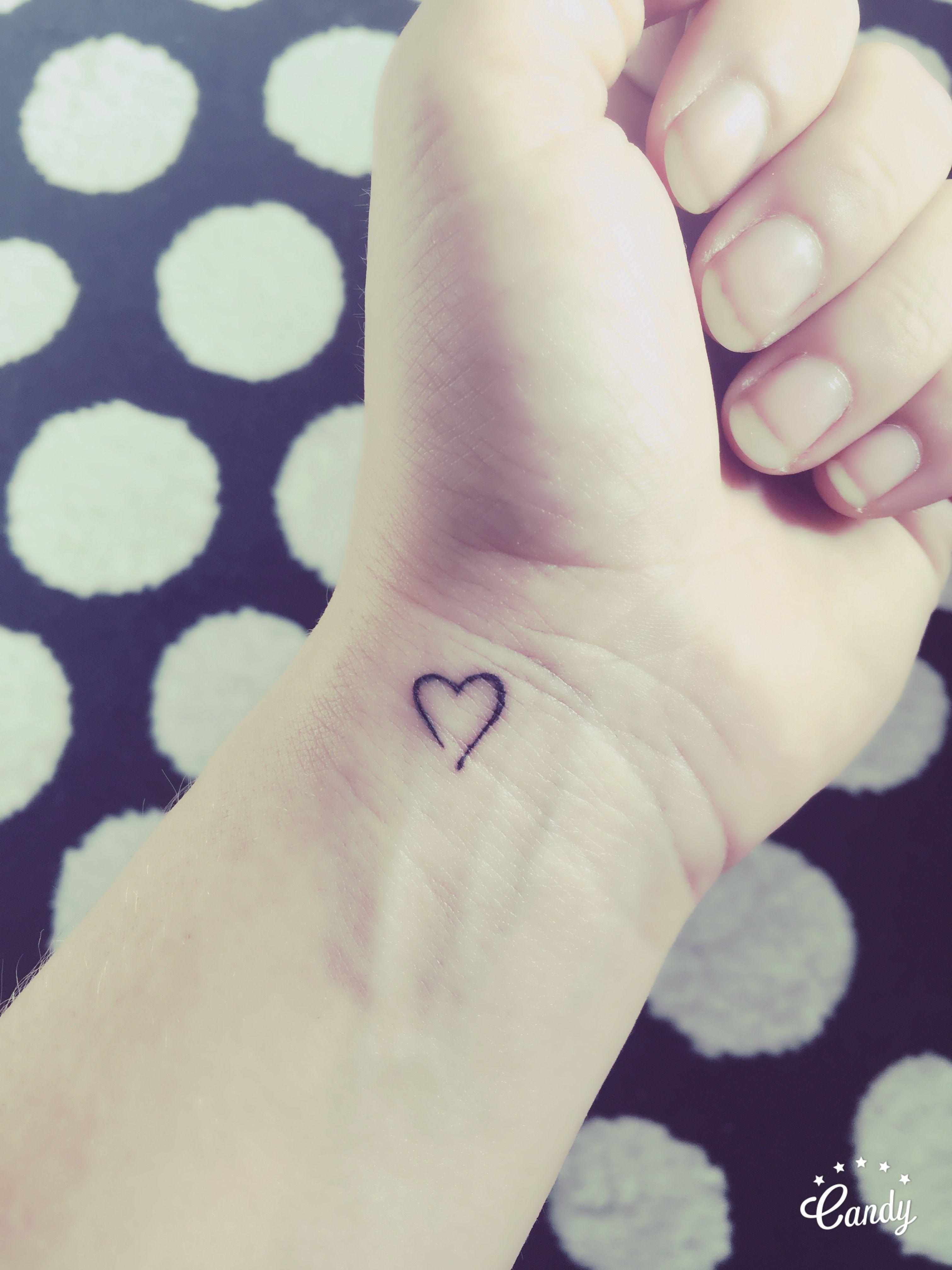 little heart tattoo on wrist. een klein hartje op de pols (tatoeage