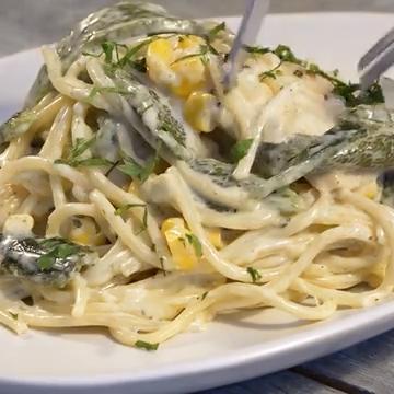 Espagueti con crema poblana, pollo y elote