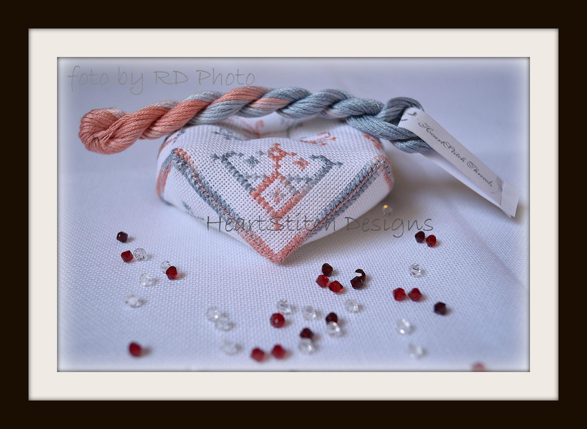 Biscornou Elegant Stitcher set di HeartStitch Designs ricamato con filato  Elegance HSD