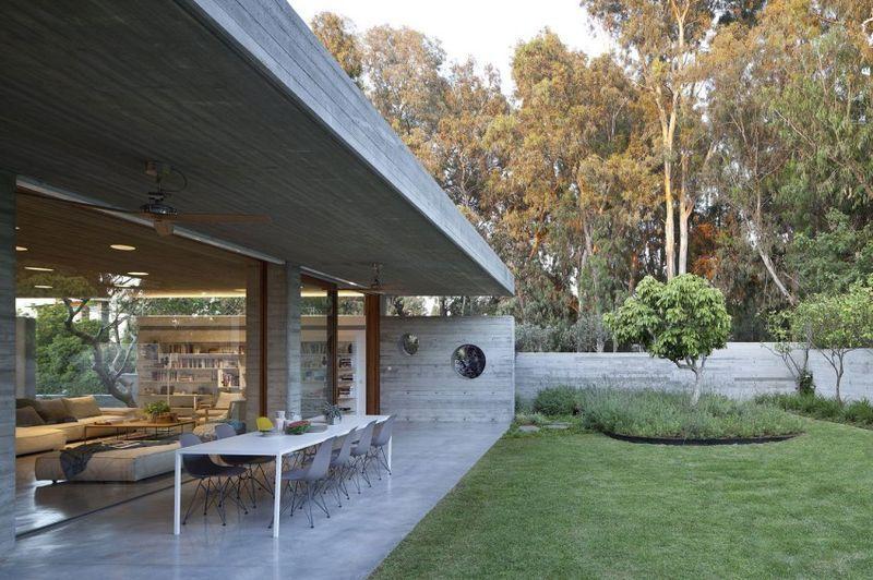 Discrète maison contemporaine avec toiture en béton massif en ...