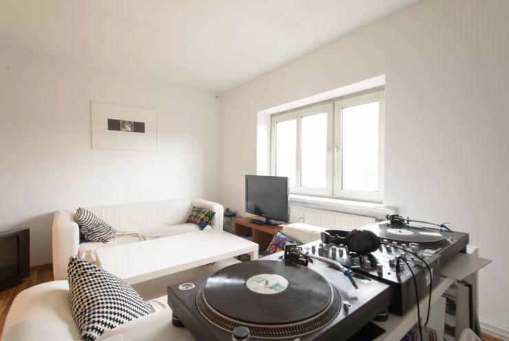 Wohnzimmer In Hamburg Mit DJ Pult Und Weisser Couch
