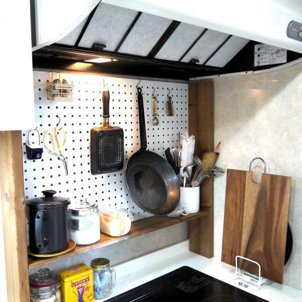 有孔ボードdiyでマルシェ風吊り下げ収納 暮らしニスタ 暮らしのアイデアがいっぱい キッチンアイデア アウトドアキッチン 小さなアパートの寝室