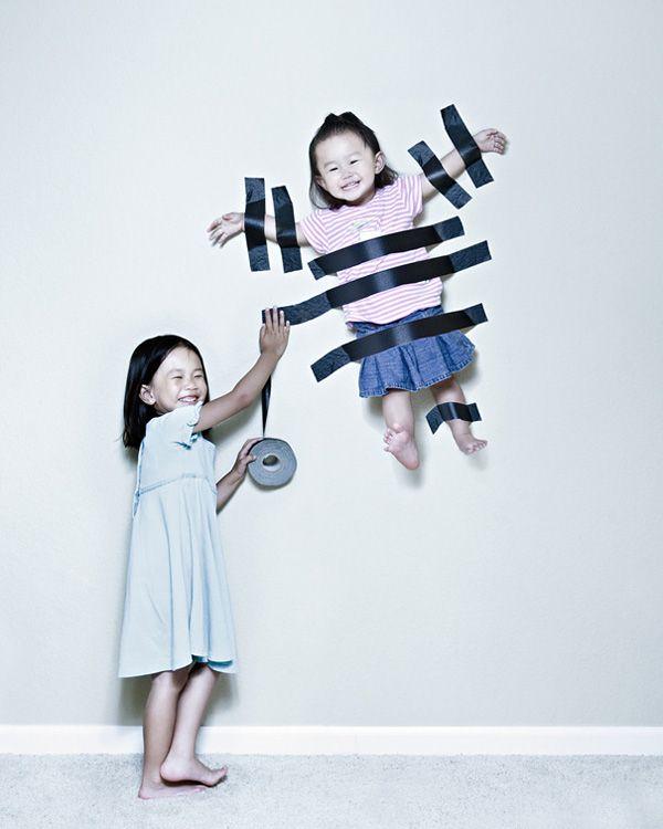 ¿Para qué utilizar cuadros para decorar la pared de tu casa, si puedes usar a tu hermana? #cosasdeniños