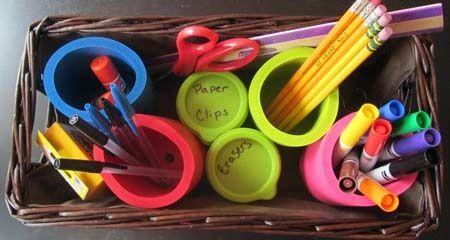 Utiliza porta vasos para organizar los útiles escolares.