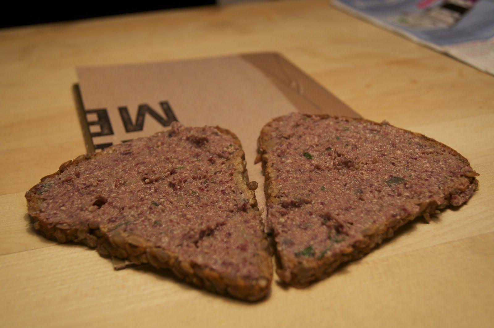 Hübsches Brot! Und Nora hat ihr Rezept für den Kidneybohnen-Rauchaufstrich auch schon gebloggt.  http://voras-vegan-way.blogspot.co.at/2012/11/vegan-wednesday-14-hurra-hurra-die-post.html