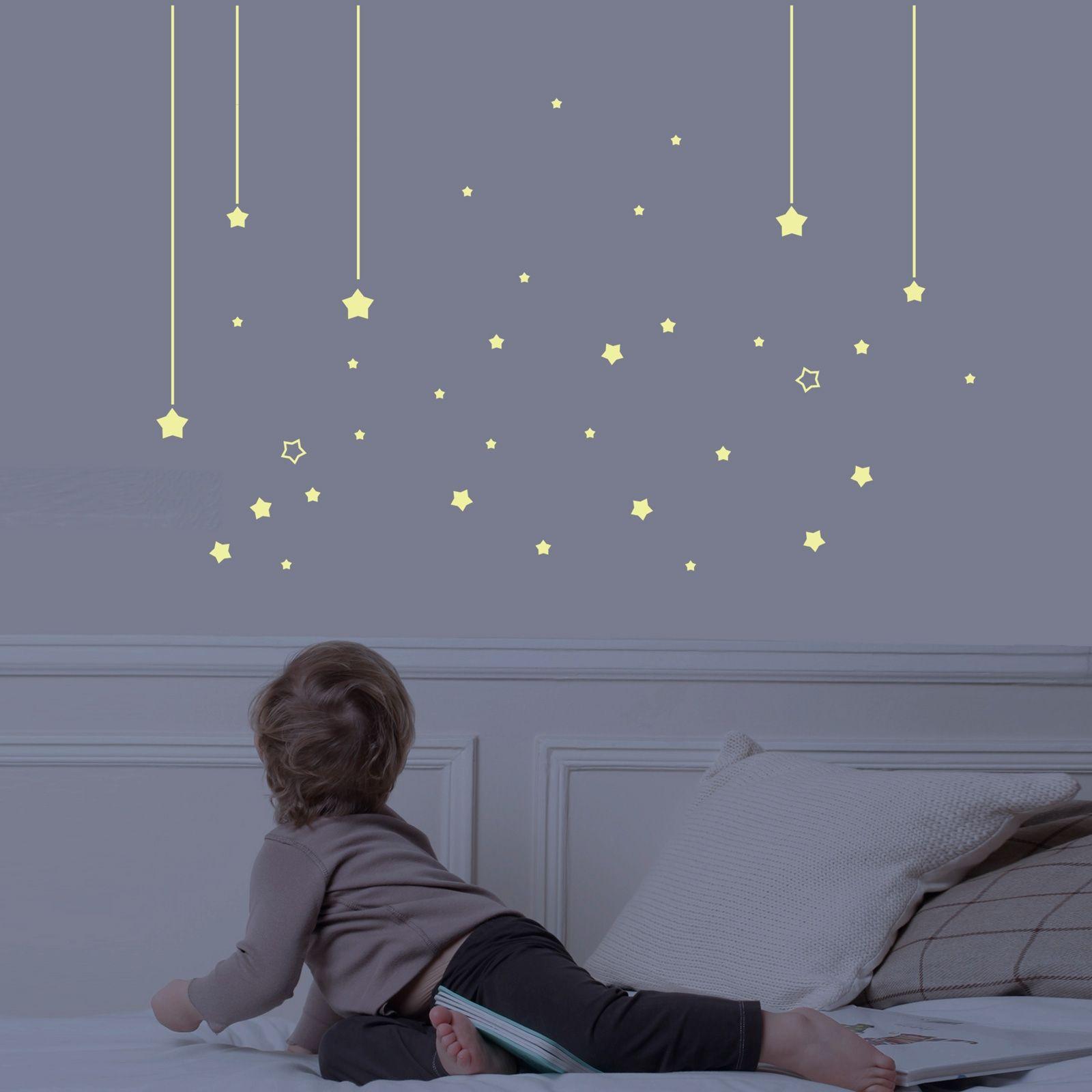 le sticker mur d étoiles phosphorescentes est un décor mural par