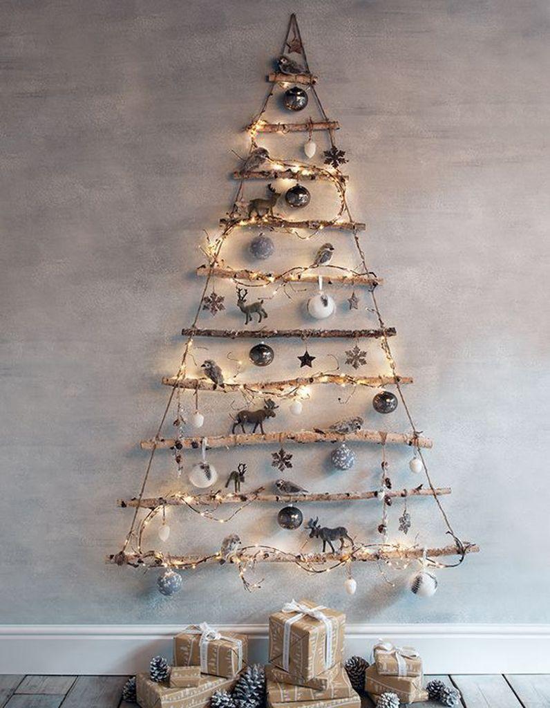Sapin De Noel Sur Le Mur un sapin de noël en bois avec des branches   idées déco noël