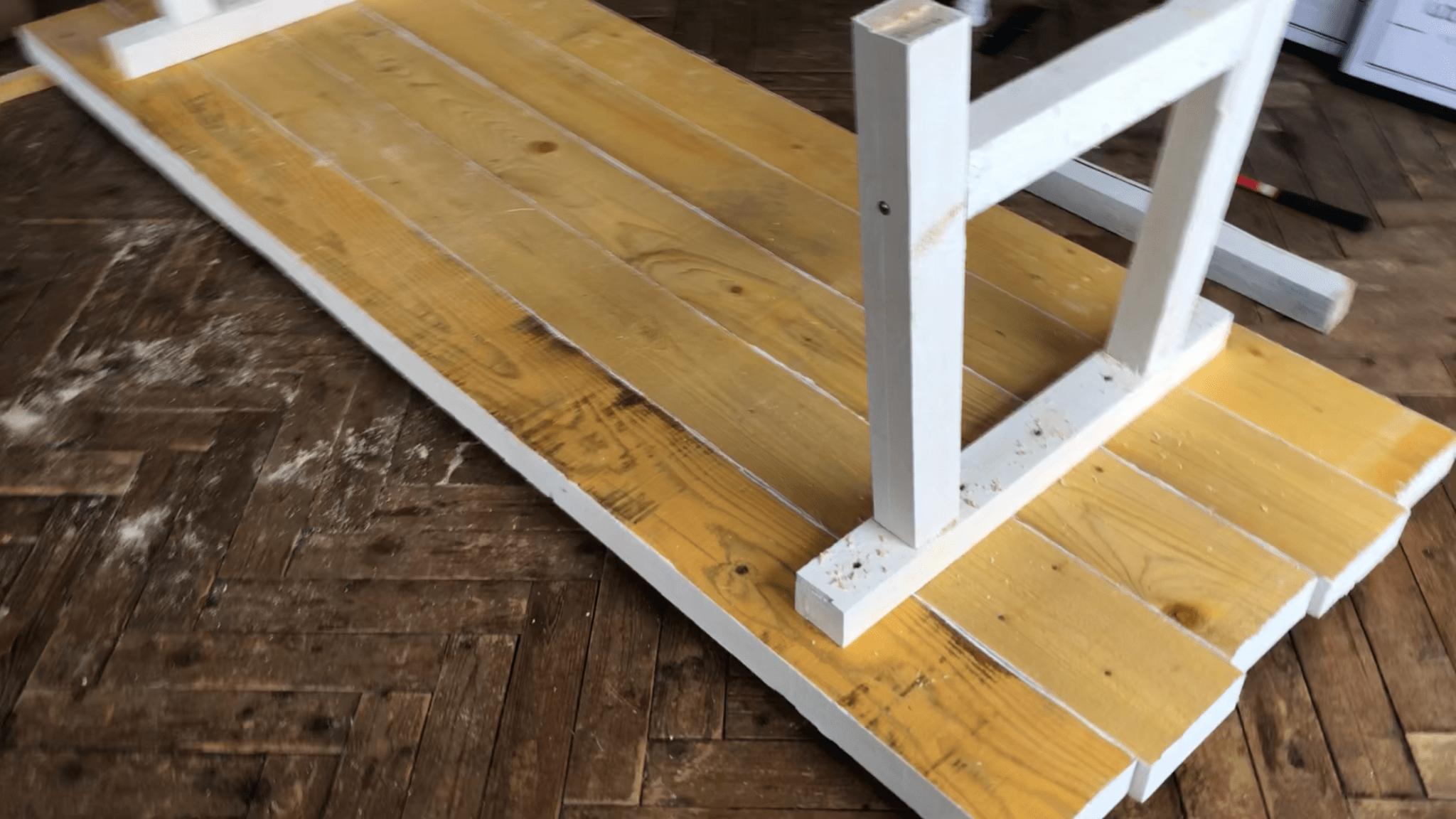 DIY   Comment fabriquer une table en bois robuste avec un petit ...