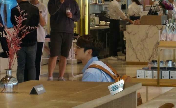 """Hoy #MINHO fue visto en  el SUM Cafe  grabando el programa """"The Return of the Superman. (Abril/13/17)  Cr.owner"""
