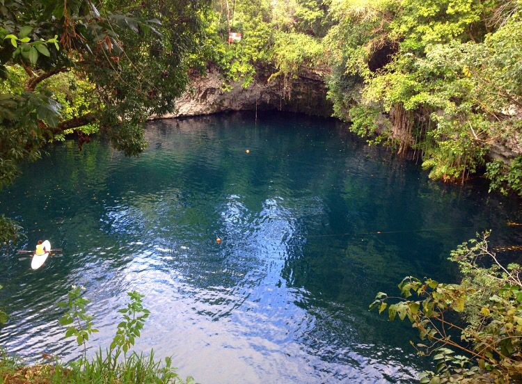 Es una laguna de más de 700 metros cuadrados, de color azul turquesa y agua bien fría y con la forma de un cráter. Recibe la afluencia subterránea de las aguas de dos lagos de agua dulce y lo que mantiene baja la salinidad de sus aguas. Ubicada en el Municipio de Cabrera, dentro de la Provincia María Trinidad Sánchez.