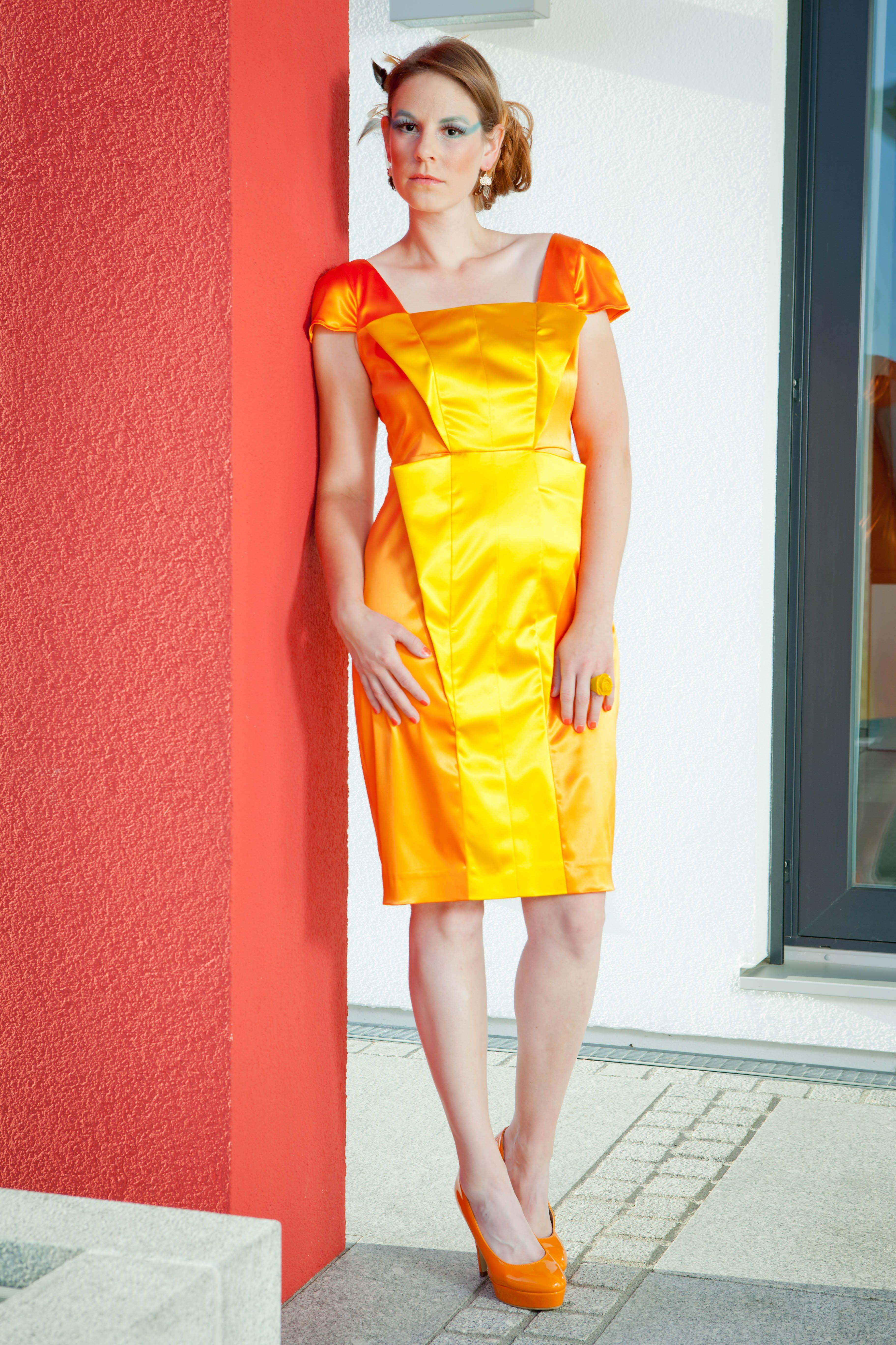 Simone Weghorn - Modedesign; Vogelfrei; Etuikleid, kurz, orange ...