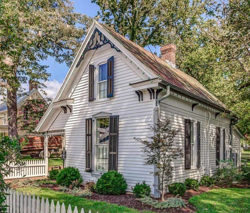Singer Holly Williams restored and decorated this historic cottage in Leiper's Fork that you can rent on your next vacation in Tennessee.