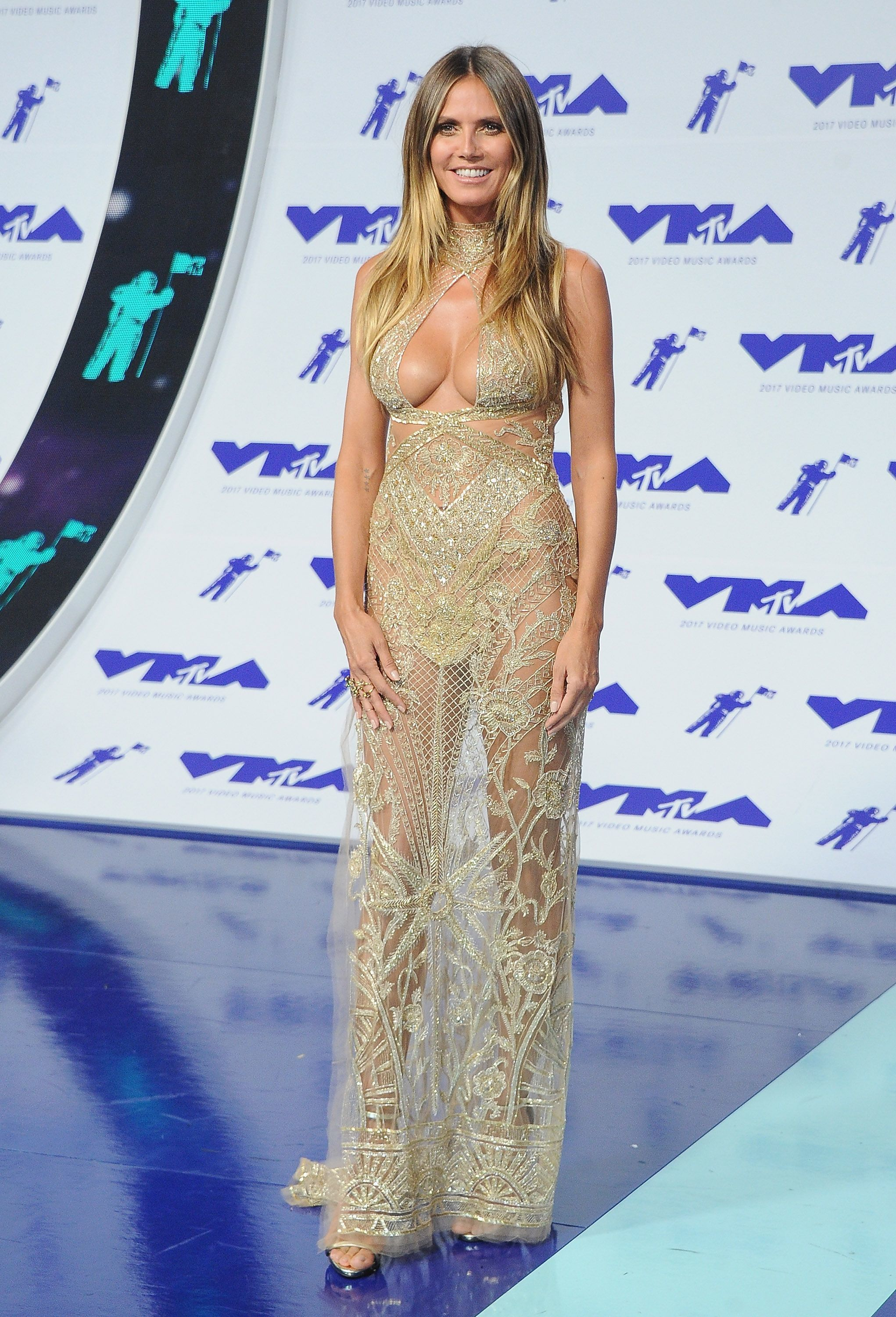 55e2391db001 Heidi Klum - The Best Fashion Moments From The 2017 VMAs