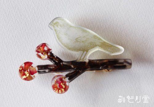 赤い実のなる枝にとまる小鳥をモチーフにしています。秋~冬頃になると見かける可愛い赤い木の実。私は子供の頃から大好きで集めていました。そんな赤い実を身につけたい...|ハンドメイド、手作り、手仕事品の通販・販売・購入ならCreema。