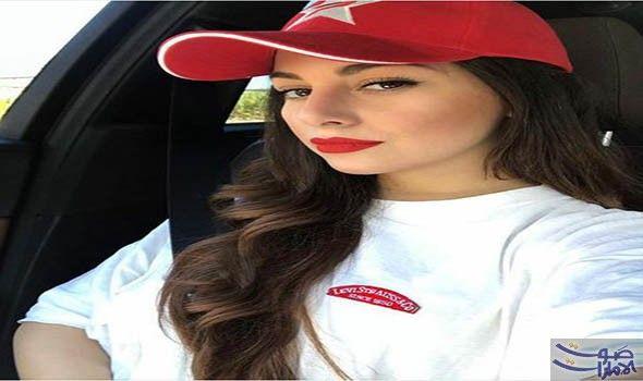 منال جعفر بقميص رجالي وقبعة حمراء في آخر إطلالة لها أطلت الممثلة الجزائرية منال جعفر في آخر ظهور لها بصورة مميزة حيث ارتدت قميصا Baseball Hats Fashion Hats