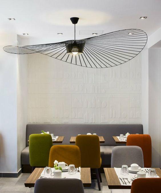 Salon design couleur dautomne et luminaire vertigo
