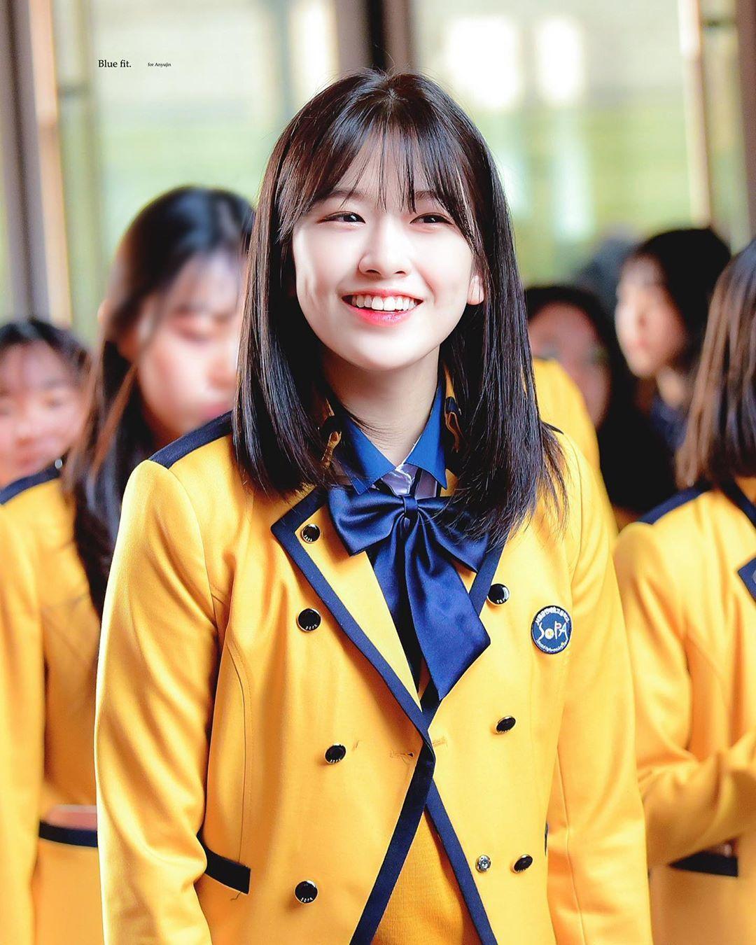 "on Instagram: ""190304 SOPA Entrance Ceremony — © just feel  alright, blue fit, everglow #AHNYUJIN #YUJIN #… | Selebritas, Ide gaya  rambut, Seragam sekolah"