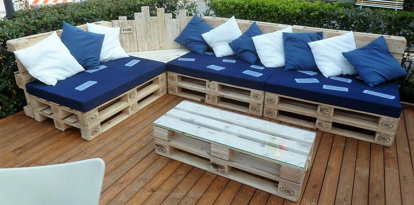 It S Time To Decorate The Outdoor Patio Of The House With The Lovely Designing Of Thi Pallet Furniture Outdoor Outdoor Furniture Plans Pallet Furniture Designs