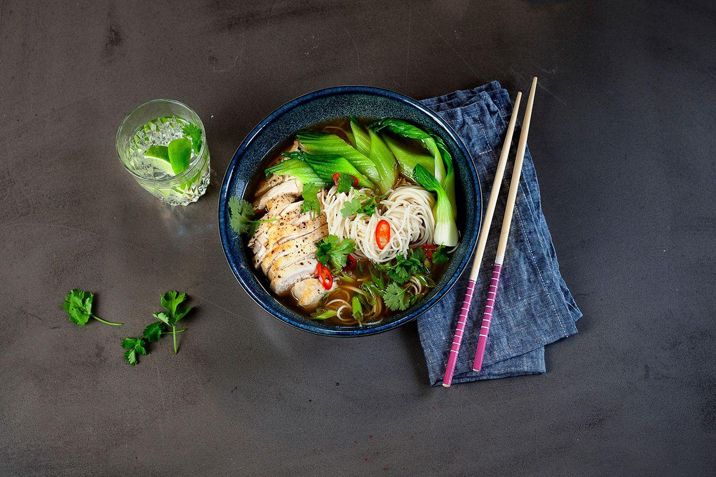 Opskrift på japansk ramensuppe med kylling og grøntsager. Let og lækker ret!
