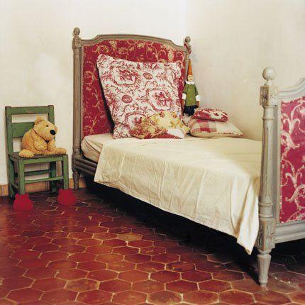 Une chambre d 39 enfant avec des meubles anciens relooker for Relooker une chambre