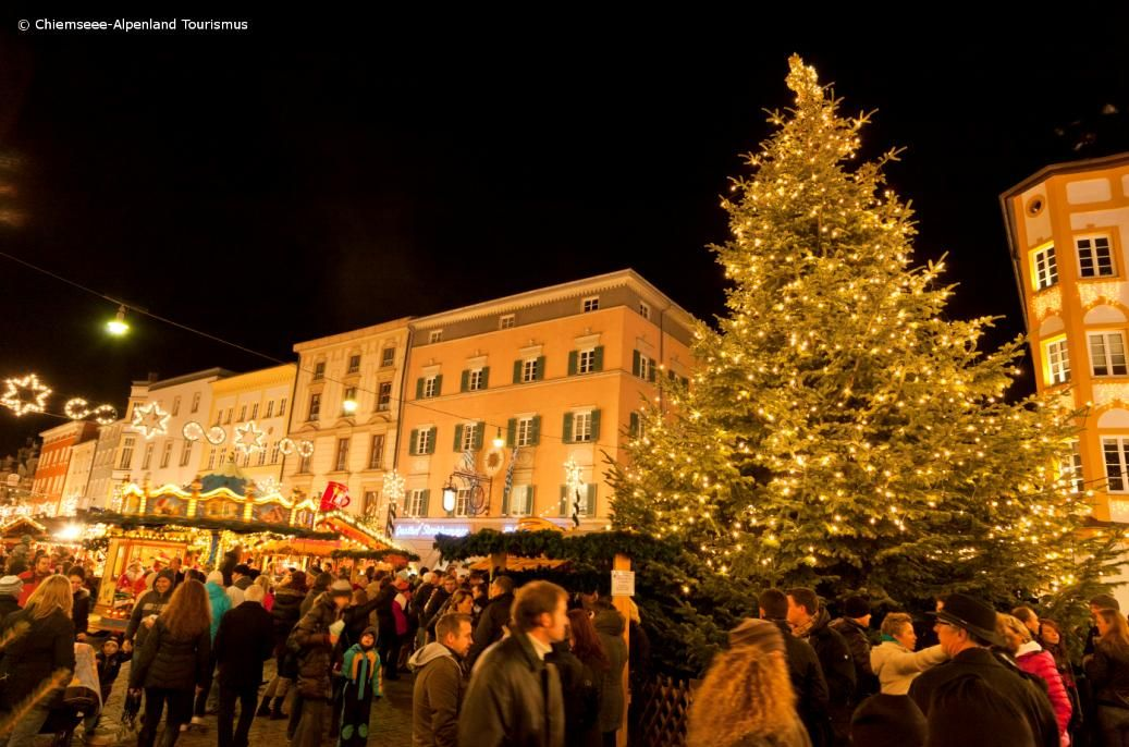 der wunderschone christkindlmarkt in der rosenheimer innenstadt the atmospheric christmas market in the city of rosenheim