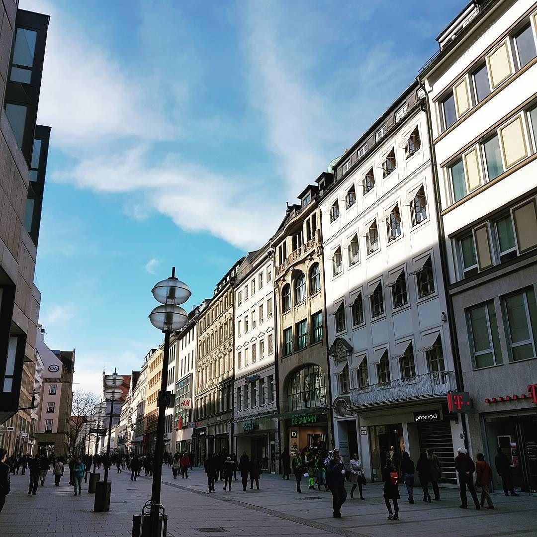 Marienplatz  #munich#germany#deutschland#europe#bluesky#beautiful#architecture#travel#travelgram#instatravel#travelphotography#eurotrip#view#travelgram#travelstory